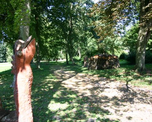 Auch Holzskulpturen regionaler Künstler beleben den Park