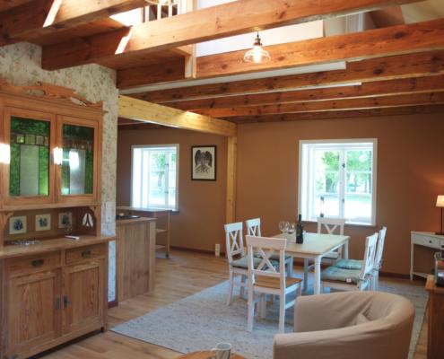 Blick auf Wohnraum und Küche im Gärtnerhaus des Guts Zinzow