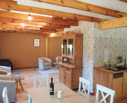 Der Wohnraum mit Kamin im Gärtnerhaus des Guts Zinzow