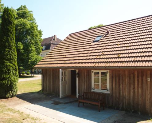 Das Gärtnerhaus vor dem Gutshaus in Zinzow